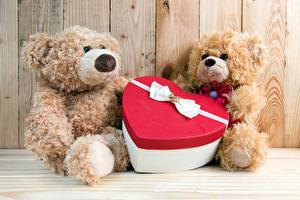 Обои Праздники День всех влюблённых Плюшевый мишка Сердечко Двое Бантик