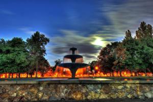 Обои Великобритания Парки Фонтаны Небо Ночь Деревья Уличные фонари Central Park Fountain Scunthorpe North Lincolnshire Природа