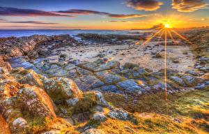 Обои Пейзаж Рассветы и закаты Побережье Камни Мох Облака Лучи света HDR Природа фото