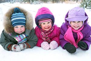 Обои Зима Девочка Мальчик Трое 3 Шапка Смотрят Улыбка Дети