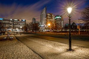 Фотографии Нидерланды Дома Парки Ночные Уличные фонари Скамья Улица Hague Города