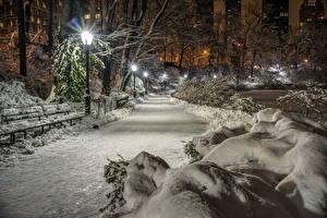 Обои Парк Зимние Снег Ночь Уличные фонари Скамья Аллеи Природа