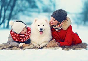 Картинки Собака Зимние Девочки В шапке Двое Самоедская собака Samoyed ребёнок Животные