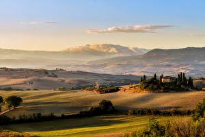 Картинка Италия Пейзаж Поля Луга Дома Небо Тоскана Холмы Природа