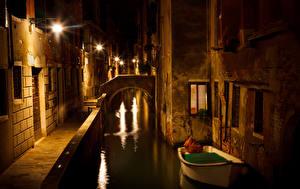 Картинка Италия Здания Лодки Венеция Водный канал Ночь Уличные фонари