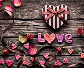 Картинки День всех влюблённых Любовь Подарки Сердце Лепестки