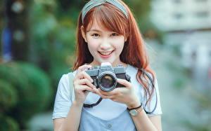 Фото Азиаты Фотокамера Шатенка Улыбка Фотограф Девушки