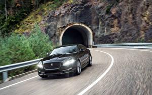 Фото Ягуар Черная Металлик Движение 2015 Jaguar XJ R-Sport автомобиль