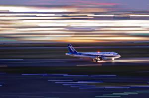 Картинка Самолеты Пассажирские Самолеты Едущий Взлет Airbus