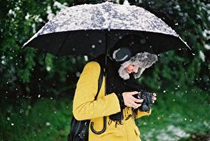Картинка Зонт Снег Шапки Фотоаппарат Фотограф Девушки