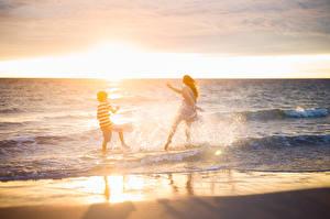 Картинки Море Рассвет и закат 2 С брызгами Мальчишка Девочка Природа Природа