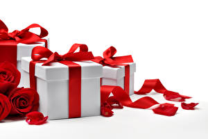 Картинка День всех влюблённых Розы Подарок Бантики Лепестки