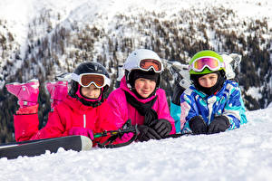 Фотографии Зима Мальчики Девочки Трое 3 Униформа Шлема Очки ребёнок
