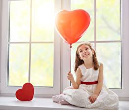 Фото День всех влюблённых Девочки Шарики Сердечко Платье Окно Ребёнок