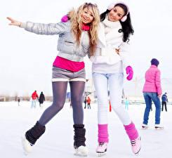 Фотография Зимние Двое Ноги Коньки Куртка Колготки Каток