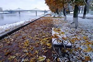 Обои Парки Осень Мосты Реки Россия Скамья Листья Снег Набережная volga Города