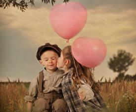 Фото Любовь Девочки Мальчики Двое Сердце Поцелуй Воздушный шарик Ребёнок