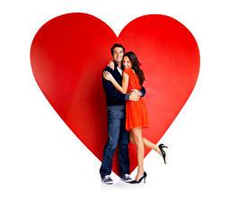 Картинки День всех влюблённых Мужчины Влюбленные пары Любовь Серце Две Шатенки Платье Ног Туфлях Джинсов девушка