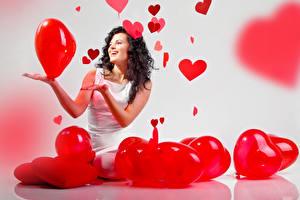 Обои День всех влюблённых Брюнетка Улыбка Сердце Шар Девушки
