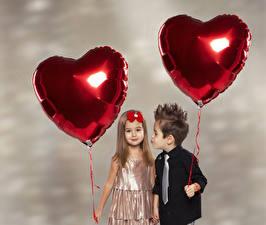 Фото День всех влюблённых Мальчики Девочка Две Сердечко Рубашка Воздушный шарик ребёнок