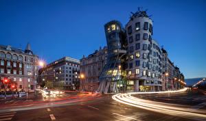 Картинки Прага Чехия Дома Дороги Дизайн Улиц Ночь Уличные фонари Города