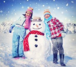 Обои Зима Мальчики Девочки 2 Снег Снеговик Куртках Шапка Шляпе Шарфом ребёнок