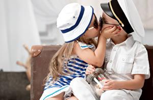 Картинка Любовь День всех влюблённых Девочки Мальчики Двое Поцелуй Униформа Ребёнок