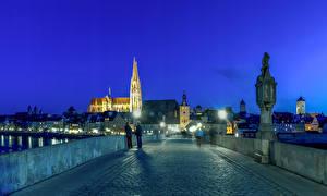 Картинка Германия Дома Мосты Ночью Уличные фонари Regensburg город