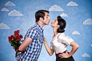 Фотография День святого Валентина Любовь Мужчины Розы Брюнетка Двое Рубашка Поцелуй Девушки
