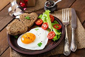 Картинка Помидоры Хлеб Ножик Яичницы Сердце Тарелке Вилки Еда