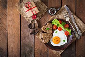 Обои Помидоры Хлеб День святого Валентина Нож Тарелка Глазунья Серце Подарок Вилки Еда