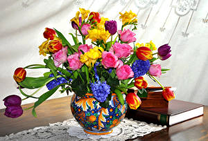 Фотография Букеты Розы Тюльпаны Фрезия Гиацинты Ваза Цветы