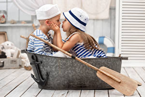 Картинки Любовь Мальчики Девочки 2 Шляпа Поцелуй Дети