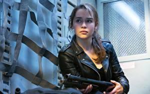 Обои Терминатор: Генезис Emilia Clarke Ружьё Куртка Фильмы Знаменитости фото