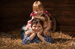 Обои Мальчики Девочка Сено Трое 3 Улыбка Дети