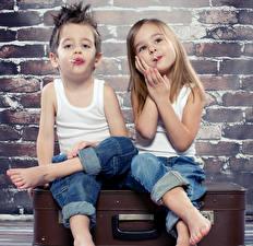 Фотография Мальчик Девочки Два Майке Джинсы Дети