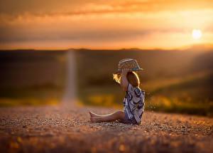Картинки Дороги Рассветы и закаты Вечер Шляпа Сидящие Дети