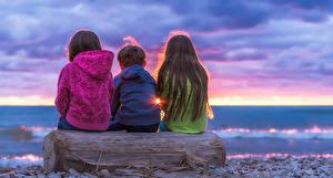 Картинка Вечер Втроем Сидящие Девочки ребёнок