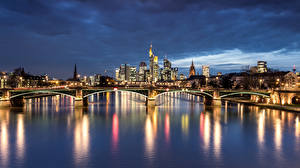 Картинки Германия Дома Речка Мост Франкфурт-на-Майне Ночью Уличные фонари