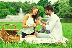 Фотография Влюбленные пары Мужчина Корзинка Пикник Траве Свидание девушка