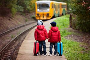 Картинка Железные дороги Мальчик Двое Куртках Чемодан В шапке Джинсы ребёнок