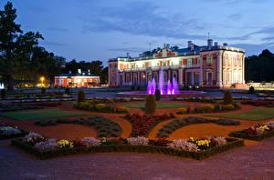 Фото Эстония Фонтаны Таллин Дворец Ночь Газон Kadriorg (Catharinenthal) palace