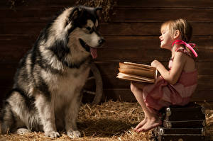 Картинки Собаки Девочки Книга Чемодан Солома Аляскинский маламут Животные