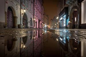 Обои Прага Чехия Дома Улица Ночь Уличные фонари Лужа Города