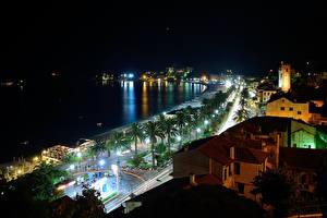 Обои Италия Здания Дороги Берег Ночь Уличные фонари Пальмы Savona