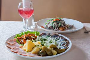 Обои Вторые блюда Вино Огурцы Ветчина Морепродукты Грибы Бокалы Тарелка Еда фото