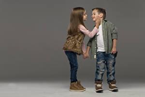 Картинка Мальчик Девочки Две Джинсы Ботинка Рубашке Шатенки Дети