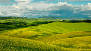 Картинки Италия Пейзаж Поля Небо Тоскана Облака Холмы Природа