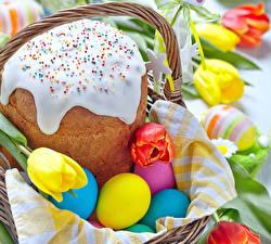 Обои Праздники Пасха Кулич Тюльпаны Яйца Корзинка Еда фото