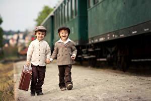 Фотографии Мальчик Две Улыбка Куртке Чемоданом ребёнок